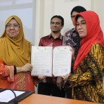 Ketua STIE AMA Fudji Sri Mar'ati (Kanan) dan petinggi Universitas kebangsaan Malaysia Dato' Noor Aziah Mohd Awal menunjukkan nota kesepahaman Kerja sama dua universitas itu di Malaysia, baru-baru ini.